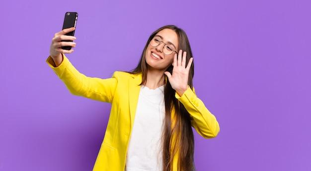 彼女の携帯電話の画面を表示しているtty女性。
