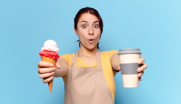 テイクアウトコーヒーとアイスクリームを持つtty女性 Premium写真