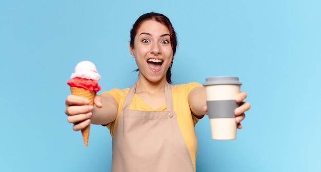 Тти женщина с кофе на вынос и мороженым