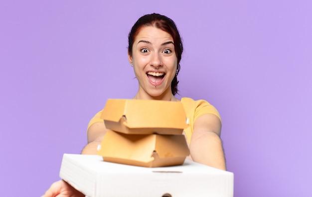 Tty женщина с коробками быстрого питания на вынос