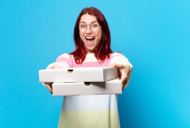Tty женщина с коробками для пиццы на вынос