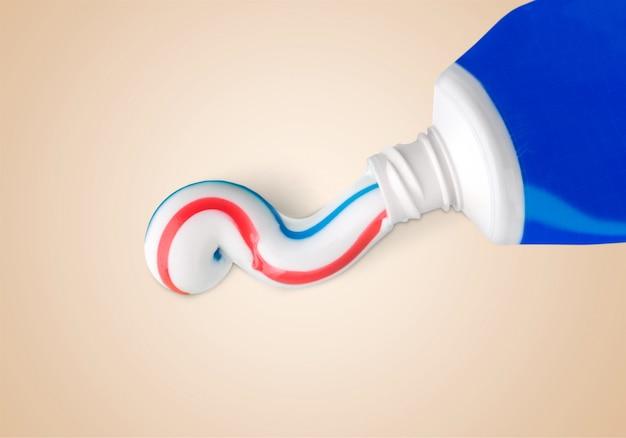 歯磨き粉のチューブが背景にクローズアップ