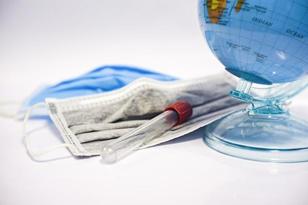 血液とマスク付きチューブ世界中の国際的な血液検査で。