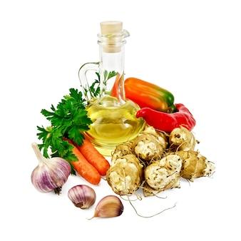 예루살렘 아티초크, 마늘, 당근, 파슬리, 달콤하고 매운 고추, 흰색 배경에 분리된 식물성 기름 한 병