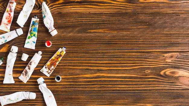 テーブル上の塗料のチューブ