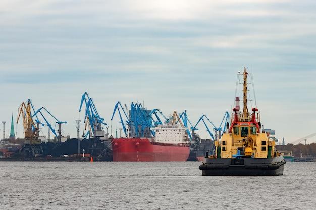 ヨーロッパ、リガの貨物港のタグボート
