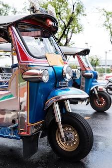 観光客を待っている通りにtuk tuk駐車場
