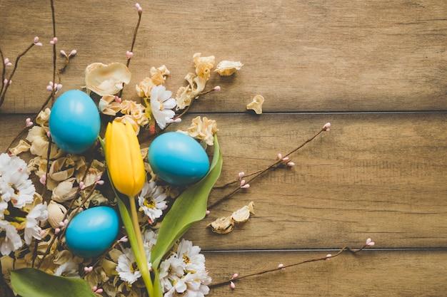 Тюльпан и яйца на цветочных головах