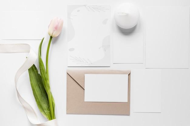 Тюльпан рядом с свадебной открыткой