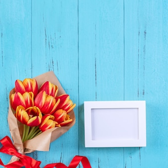 튤립 꽃 무리-푸른 나무 테이블, 평면도, 평면 평신도, 디자인에 고립 된 아름 다운 빨간색, 노란색 꽃다발.