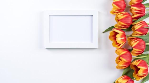 튤립 꽃 무리-흰색 테이블, 평면도, 평면 평신도, 디자인 컨셉에 고립 된 아름 다운 빨간색, 노란색 꽃다발.