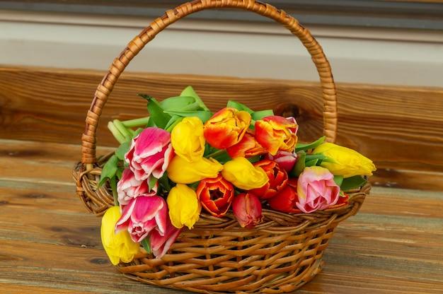かごの中のチューリップの花の花束