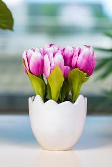 フラワーポットのチューリップの花