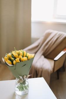 Тюльпаны в интерьере гостиной