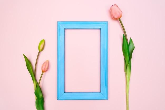 ピンクの青いフォトフレームとチューリップの花