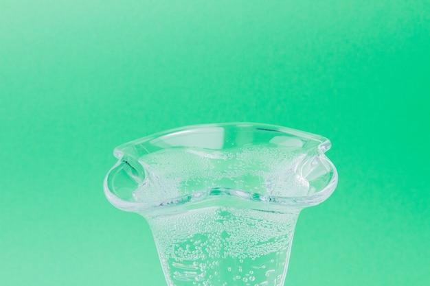 緑の背景に分離されたチューリップガラスアイスクリームカップ