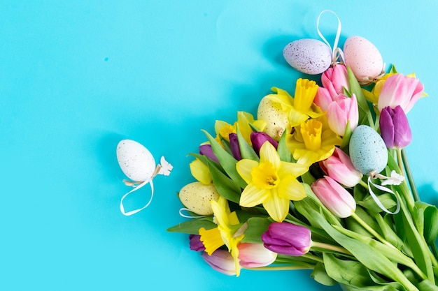 分離されたチューリップと水仙の花
