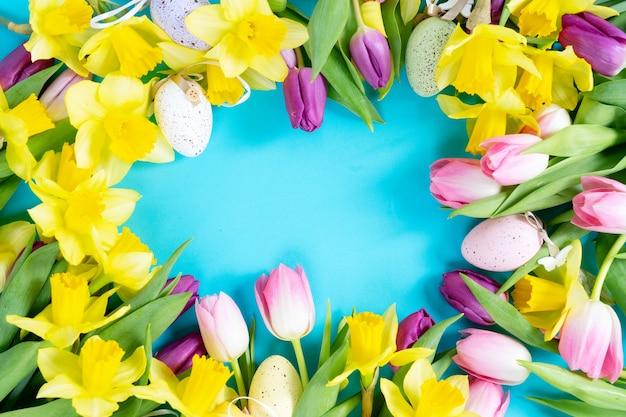 分離された卵フレームとチューリップと水仙の花