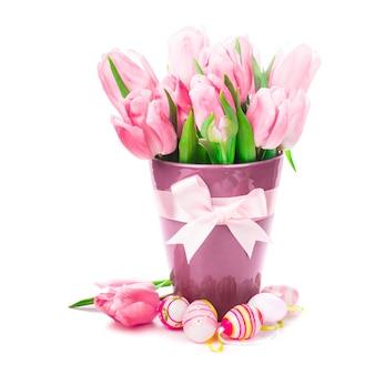 Тюльпаны и яйца, изолированные на белом. пасхальные украшения.