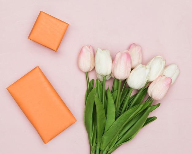 Букет тюльпанов на день матери с подарками