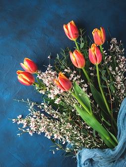 Букет тюльпанов на темном