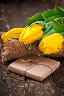 木製のテーブルにチューリップの花束