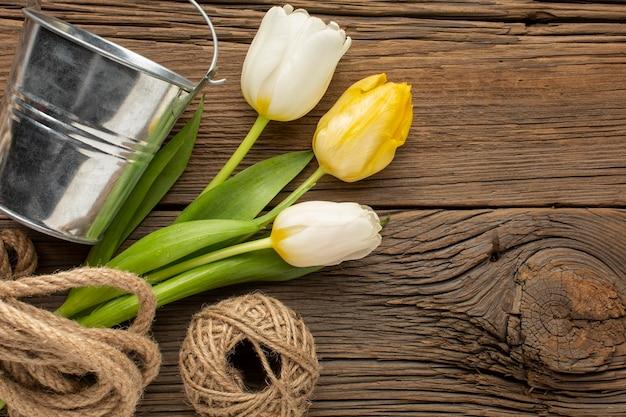ロープとバケツとチューリップの花束