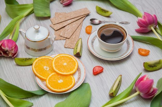 チューリップ、コーヒー、果物、スクランブルエッグ