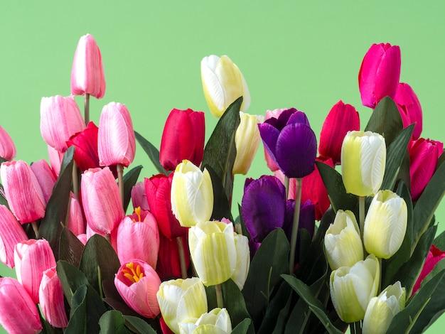 녹색 배경에 튤립 꽃 꽃다발