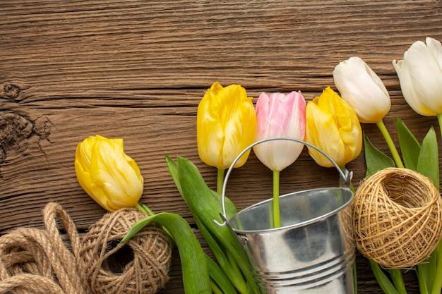 バケツとロープでチューリップの花