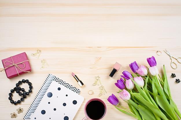 木製の机の上のチューリップ、ギフトボックス、ファッションアクセサリー