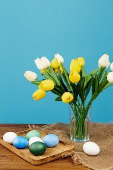 花瓶のイースターエッグの装飾の伝統春の休日のチューリップ