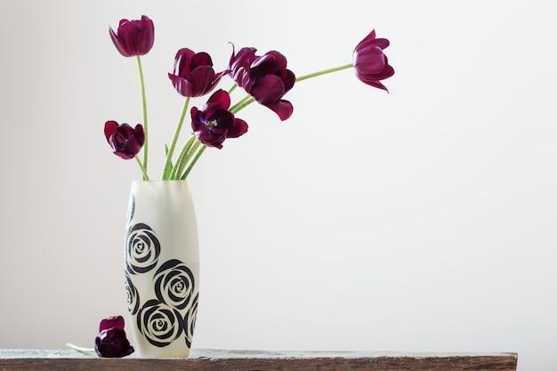 白い背景の上の花瓶のチューリップ