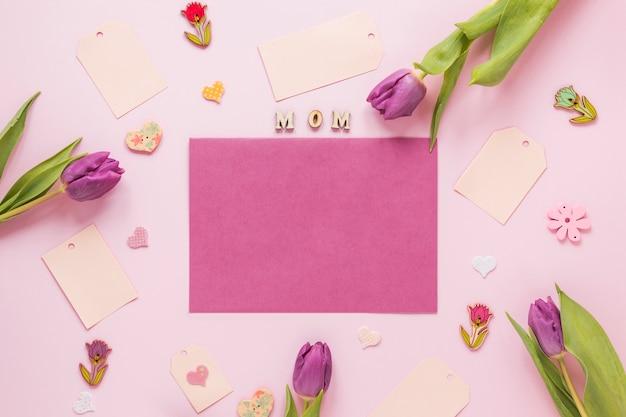 Тюльпаны с надписью мама и чистый лист бумаги