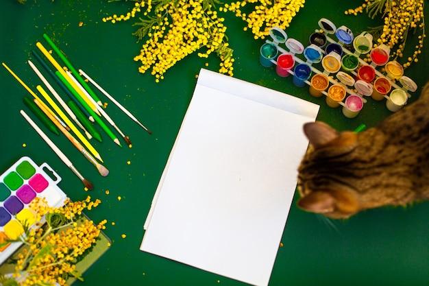 Тюльпаны с акварельным чистым листом бумаги и цветными карандашами. фото высокого качества