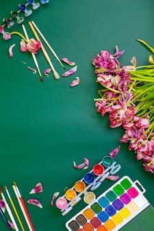 Тюльпаны с акварельным чистым листом и цветными карандашами