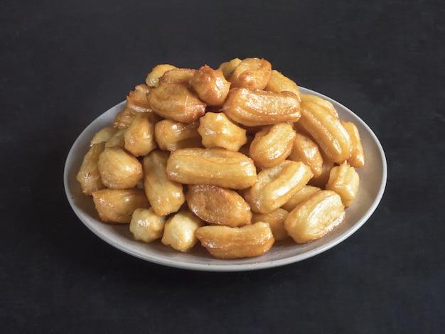Празднование арабских сладостей ид рамадан. традиционный турецкий десерт тулумба - tulumba tatlisi.