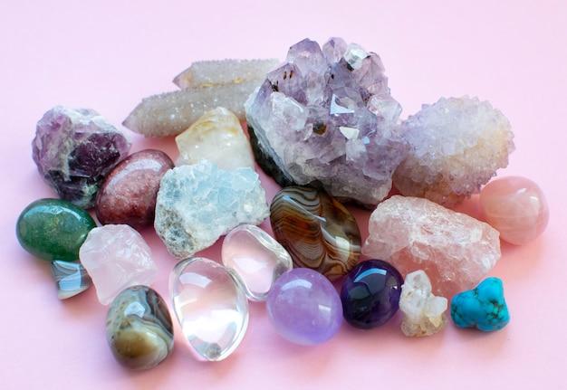 Драгоценные камни и кристаллы разного цвета, упавшие и необработанные.