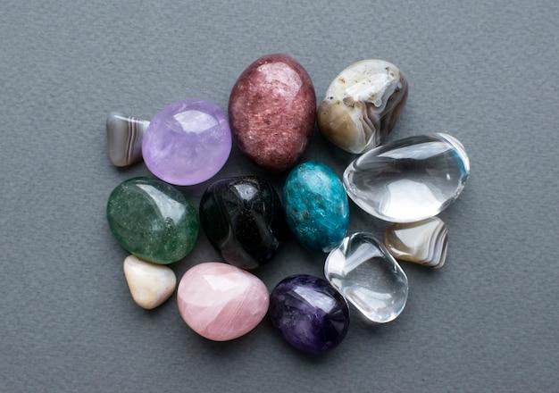 Упали драгоценные камни разных цветов