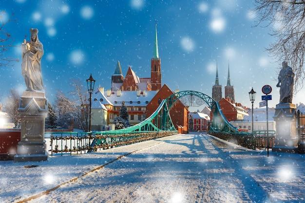 雪の降る冬の日のtumski橋、ヴロツワフ、ポーランド
