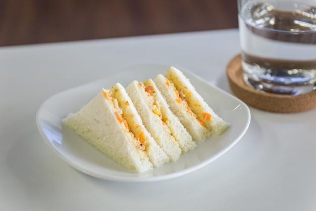 접시에 참치와 당근 마요네즈 통 밀 샌드위치