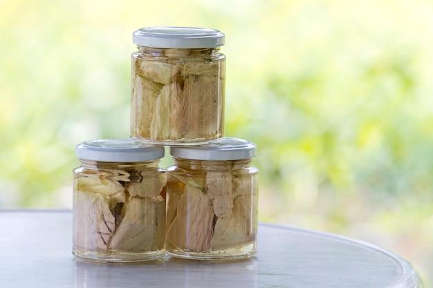オリーブオイルでガラス瓶に缶詰のマグロ