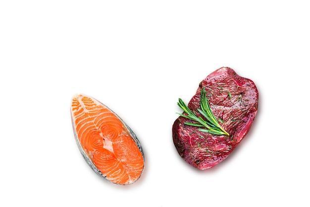 Филе тунца и стейк из говядины, изолированные на белом фоне