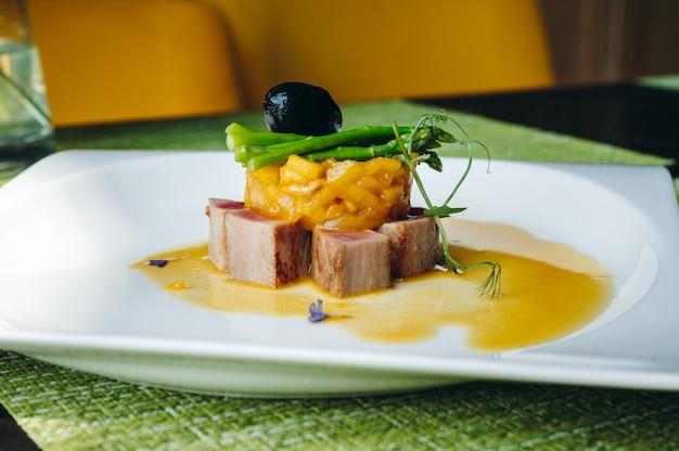Филе тунца с тартаром из груш и спаржей