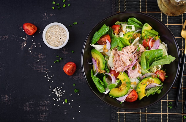 レタス、チェリートマト、アボカド、赤玉ねぎのツナフィッシュサラダ。健康食品。フランス料理。上面図、コピースペース、フラットレイ