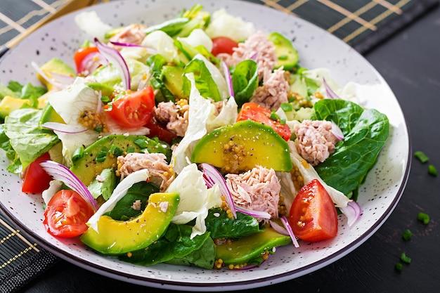 Салат из тунца с листьями салата, помидорами черри, авокадо и красным луком. здоровая пища. французская кухня.