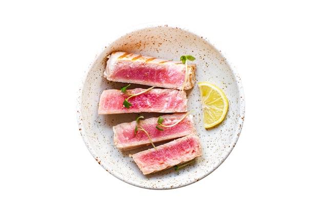 マグロのパスタフジッリ色とりどりの全粒デュラム小麦シーフードスパイシーなロースト魚の炒め焼き