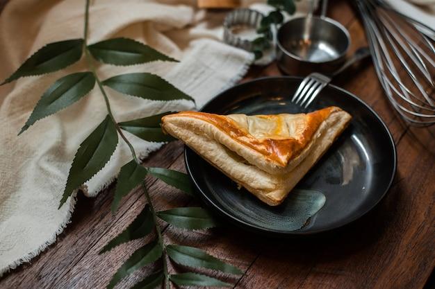 木製のテーブルにセラミックプレートとマグロのパイ