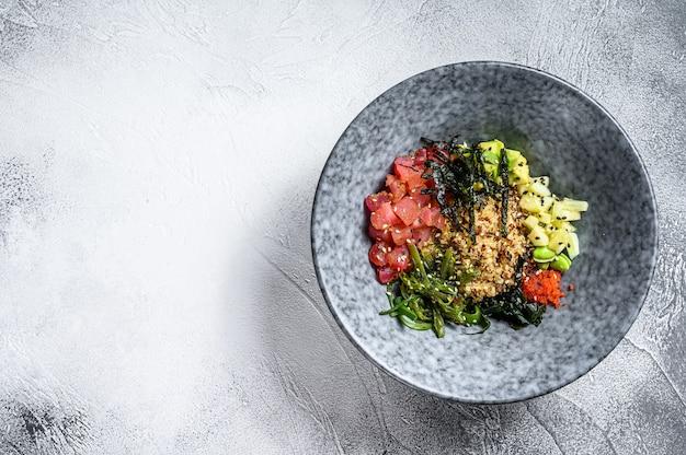 Поке из тунца с водорослями и овощами