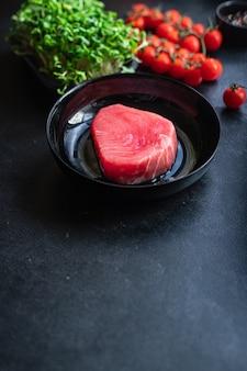 Тунец сырая рыба свежие морепродукты новый сезонный улов рыбалка обед здоровое питание ингредиент